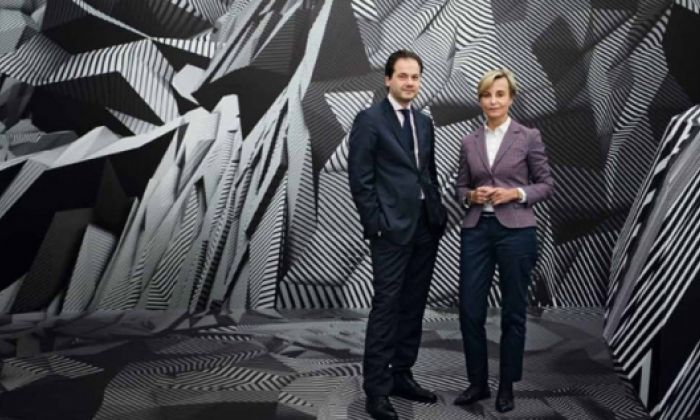 Kurator und Museumsdirektor Max Hollein und Ingeborg Neumann, Textilunternehmerin und Förderin der Künste, reflektieren über heilsame Irritation, digitale Räume und den Reiz des Originals.
