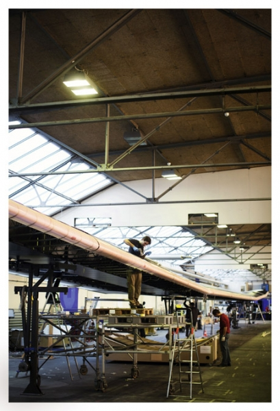 Working on a wing: With a wingspan greater than that of a 747 Jumbo Jet, the solar airplane gets some fine tuning at Dübendorf airport near Zurich.